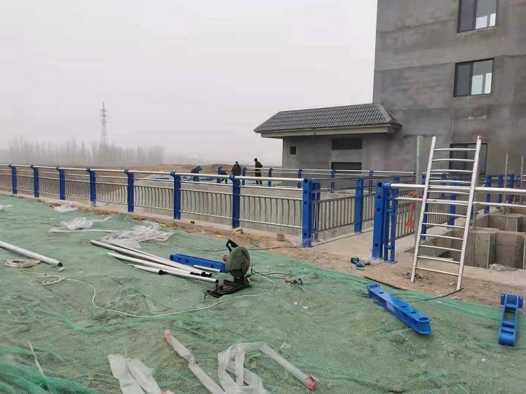 福州碳素钢复合管护栏内衬不锈钢栏杆产品结构简练、美观实用,2021